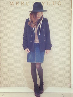 10黒のPコート×デニムタイトスカート×ハット