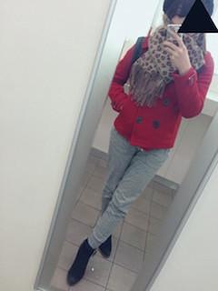 赤のPコート×スウェットパンツ×ヒョウ柄のストール