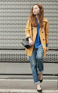 1キャメルのトレンチコート×青シャツ×ジーンズ