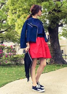 2青のライダースジャケット×青トレーナー×赤フレアスカート