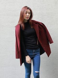 赤のPコート×黒のニット×デニム