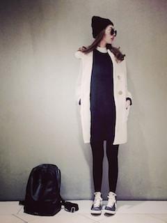 3白のダッフルコート×黒ニットセーター×黒ジーンズ