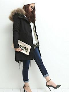 10黒のモッズコート×白ロングセーター×ジーンズ