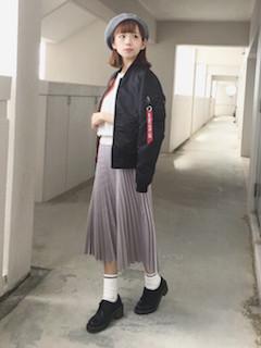 10黒のMA1×プリーツスカート×ベレー帽子
