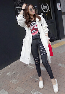 4白のモッズコート×グラッフィクTシャツ×黒ジーンズ