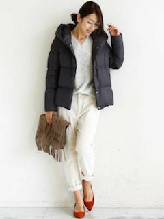 2グレーのダウン×Vネックセーター×白パンツ
