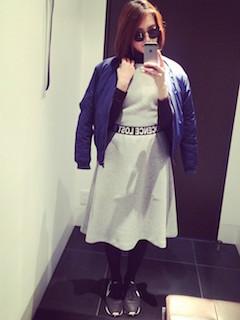 7ネイビーのMA1×ニット×フレアスカート