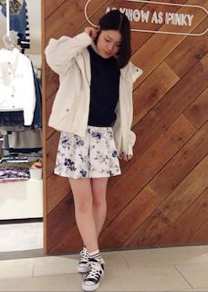 5白のモッズコート×黒ニット×花柄ミニスカート