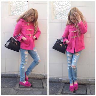 4ピンクのダッフルコート×ジーンズ×カモシンシューズ