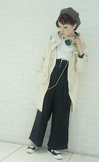 7白のモッズコート×白トップス×ロングワイドパンツ
