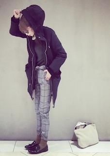 2黒のモッズコート×黒Tシャツ×チェック柄パンツ