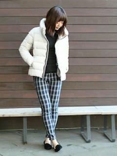 9白のダウン×黒ニットセーター×チェック柄パンツ