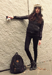 2ユニクロのダウンジャケット×黒デニムパンツ×ファーキャップ