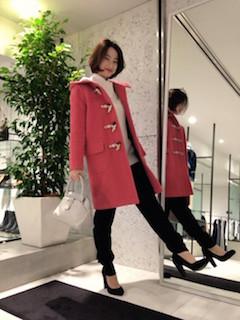 10ピンクのダッフルコート×白ロングセーター×黒パンツ