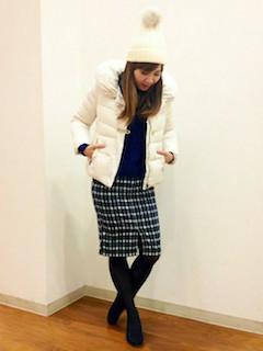 8白のダウン×黒ニットセーター×チェック柄スカート
