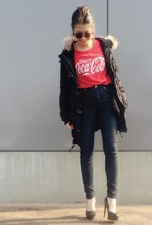 1黒のモッズコート×赤Tシャツ×黒ジーンズ