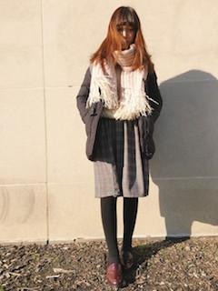 8ピンクのマフラー・ストール×ダウンジャケット×ミモレ丈スカート