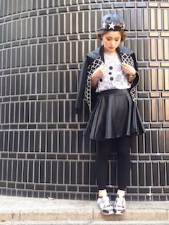 6柄物のスタジャン×レザーミニスカート×柄Tシャツ