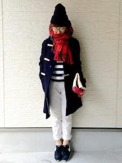 1赤のマフラー・ストール×ダッフルコート×白デニムパンツ
