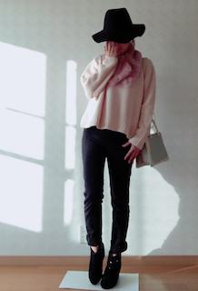 3ピンクのマフラー・ストール×ニット×デニムパンツ