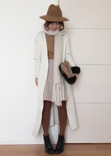 4白のマフラー・ストール×ロングカーディガン×タイトスカート