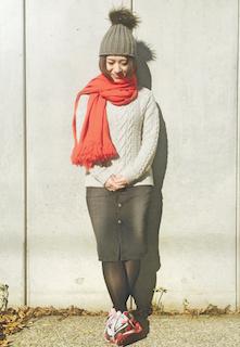 4赤のマフラー・ストール×白ニットセーター×タイトスカート