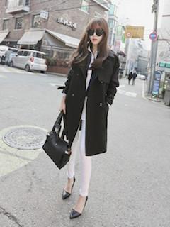 10黒のスプリングコート×白パンツ×黒ハイヒール
