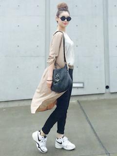 6ノーカラースプリングコート×白Tシャツ×黒デニムパンツ