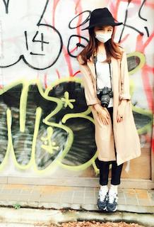 3ピンクのスプリングコート×白Tシャツ×黒デニムパンツ