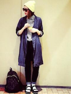 3ネイビーのスプリングコート×ギンガムチェックシャツ×ジーンズ