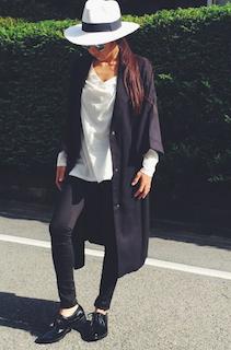 4ノーカラースプリングコート×VネックTシャツ×黒デニムパンツ