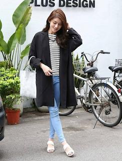 2黒のスプリングコート×ボーダーTシャツ×ジーンズ