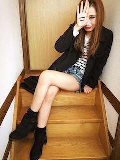 7黒のスプリングコート×ボーダーTシャツ×ショートデニムパンツ