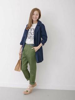 1ネイビーのスプリングコート×プリントTシャツ×カラーパンツ