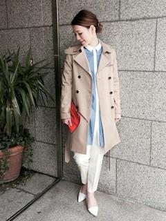 7ユニクロのスプリングコート×ロングシャツ×白パンツ