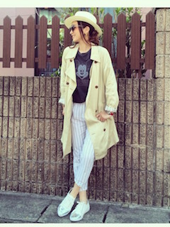 7スプリングコート×キャラTシャツ×ストライプ柄パンツ
