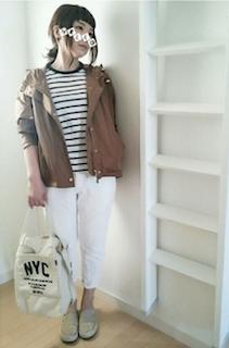 5茶系のマウンテンパーカー×ボーダーTシャツ×白デニムパンツ
