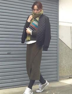 4キルティングジャケット×黒ニット×ロングタイトスカート