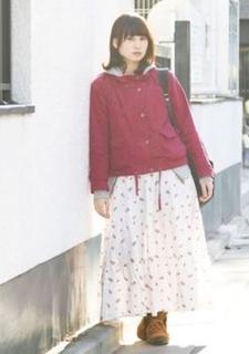 4赤のマウンテンパーカー×マキシ丈スカート×スニーカー