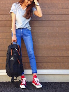 8 VネックTシャツ×ジーンズ×キャンバススニーカー