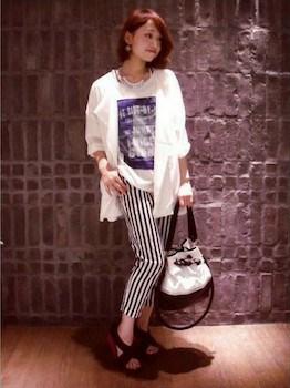 8白のサマージャケット×プリントTシャツ×ストライプ柄パンツ
