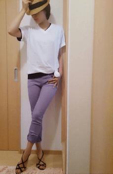 9 VネックTシャツ×カラーレギパン×フラットサンダル