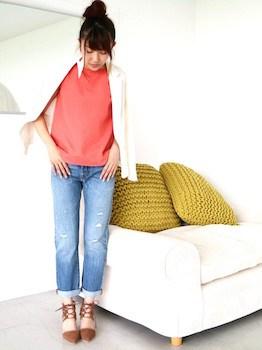6白のサマージャケット×カラーTシャツ×ダメージジーンズ