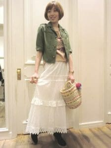 白のロング・マキシ丈スカート×カーキのシャツ