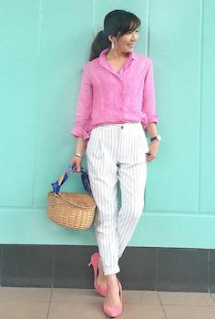2ストライプのジョガーパンツ×ピンクのシャツ