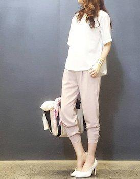 5ピンクのジョガーパンツ×ボートネックTシャツ
