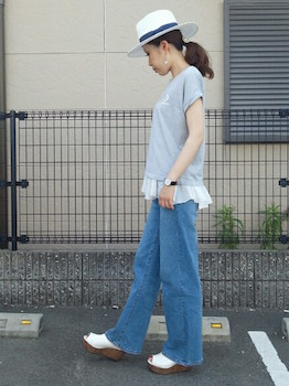11 UネックTシャツ×レースタンクトップ×ジーンズ
