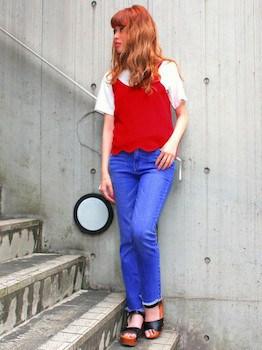 9赤のキャミソールのコーデ×白Tシャツ×ジーンズ