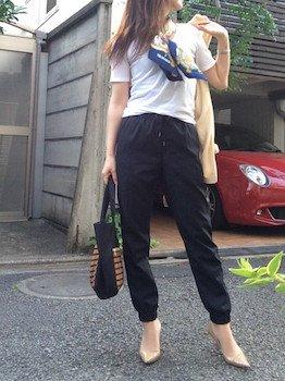9 guのジョガーパンツ×白Tシャツ×スカーフ