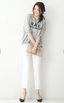 2ボートネックのTシャツ×白パンツ×ハイヒール
